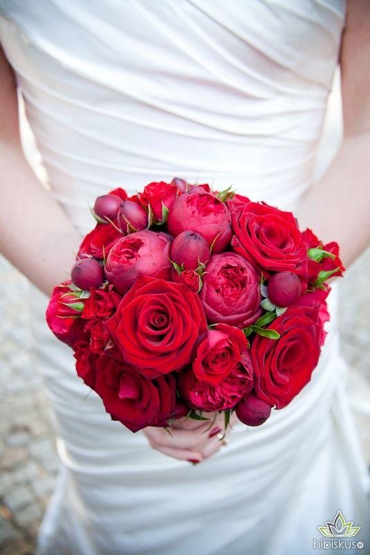 Czerwony bukiet ślubny z różami peoniowymi odmiany Piano. Cena ok 240pln