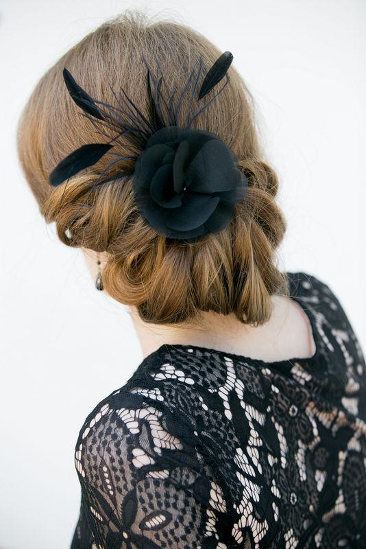Kopfschmuck Seide und Federn in Schwarz - Fascinator mit Seiden Blüte und Federn für Gala Abende, Hochzeiten, Partys, Oper, Events!