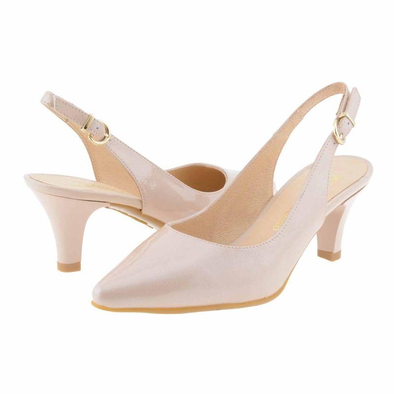 Zapatos de mujer corte salón en piel con punta fina, originales por estar destalonados. Modelo elegante por ser en charol y muy cómodo por la altura de tacón.  http://www.paulaalonso.es/zapatos-tacon-medio/8114-zapatos-destalonados-piel-charol.html