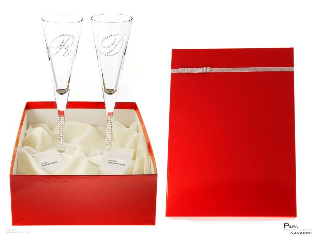 Empaquetado dos copas de cava decoradas con cristales de Swarovski