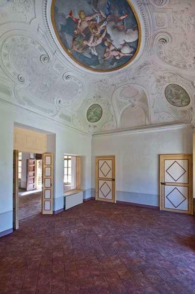 Villa Bria - ... restaurati riproducenti scene religiose e mitologiche.....
