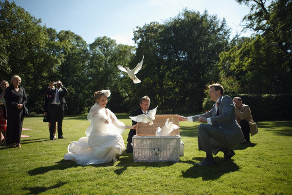 Beispiel: Brautpaar mit Tauben, Foto: Friederike Fiebelkorn.