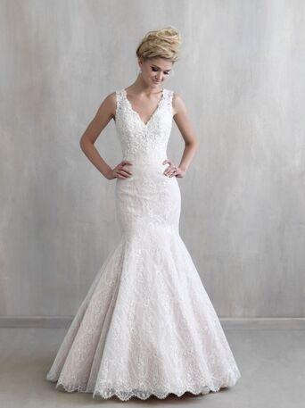Изысканное,кружевное платье силуэта-русалочка, расшитое бусинами и бисером, великолепной подойдет невесте, которая хочет подчеркнуть фигуру и сделать акцент на изящной спинке.