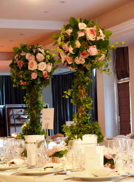 Fleurs, Fruits, Feuillages Imposant centre de table pour souligner la table des Mariés  www.fleurs-fruits-feuillages.fr
