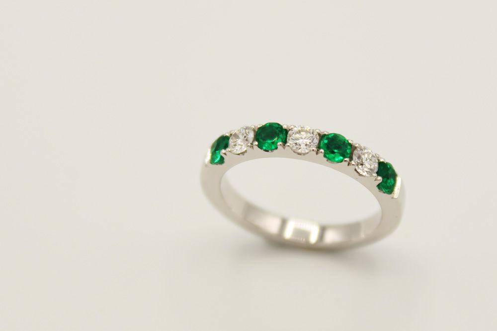 Argolla en oro blanco 18k con esmeraldas y diamantes .10ct