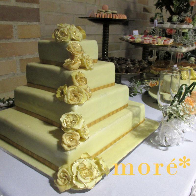 torta magnífica con rosas en mazapán