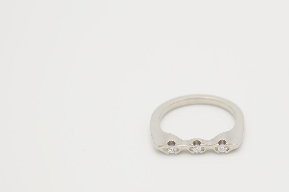 Oro blanco 18 kilates con tres diamantes de 0.02 ct cada uno