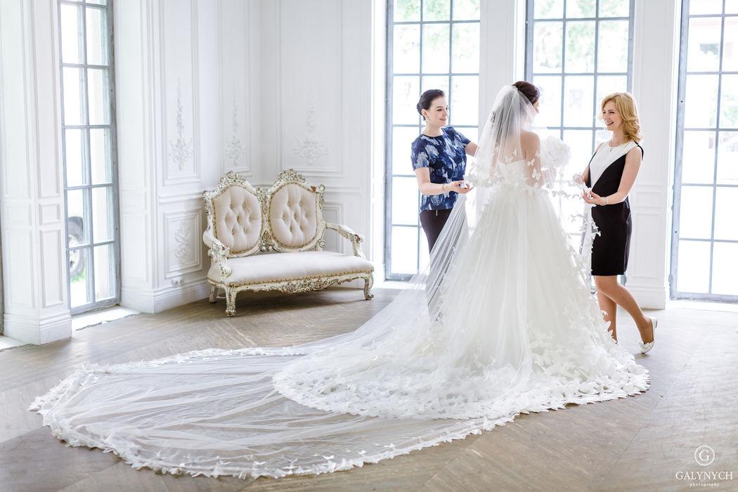 У невесты точно будет идеальное утро, если ее собирает лучший стилист и лучший свадебный распорядитель в городе!