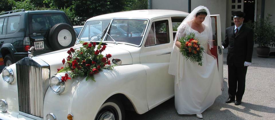 Beispiel: Braut mit Brautauto, Foto: Berghotel Tulbingerkogel.