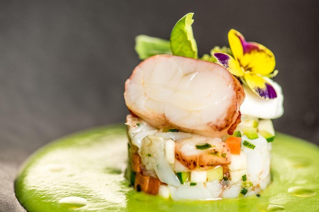 Vichyssoise de homard, velouté de petits pois basilic