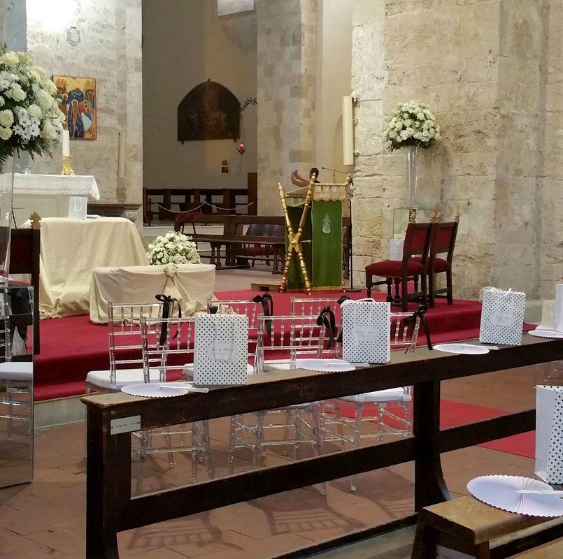Rossevents nella bianca cattedrali di Gerace, in tema con la tipicità architettonica. rito religioso e rispetto della tradizione in TOTAL WHITE &nero a pois, anche negli accessori del dres code. ESTATE 2016