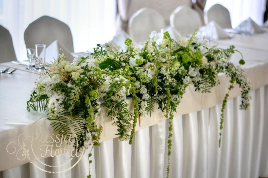 Kwiatowa dekoracja stołu młodej pary