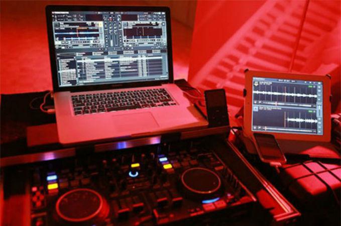 Beispiel: Ton- und Lichttechnik, Foto: Pianist & DJ Oliver Kraus.