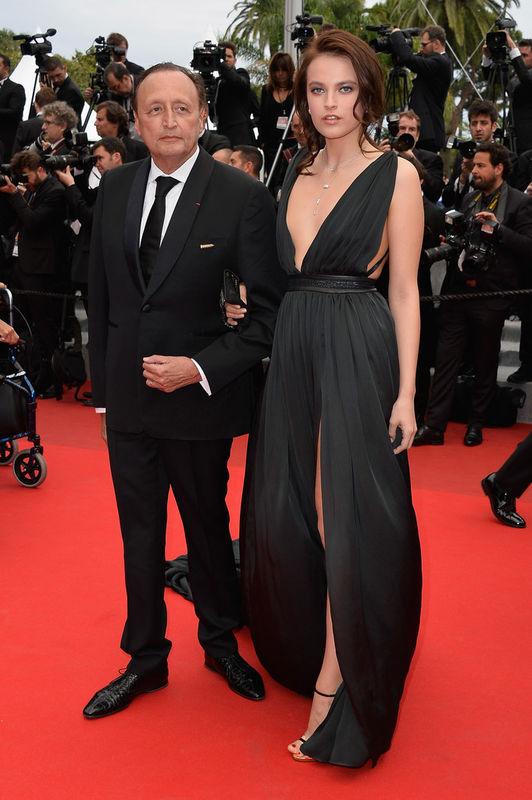 Festival de Cannes 2015 : l'un des plus beaux looks du tapis rouge, Alain Némarq, pd-g et directeur artistique de la maison Mauboussin avec Yulianna Korotkova drapée dans une robe greco-romaine créée par Koshka Mashka.