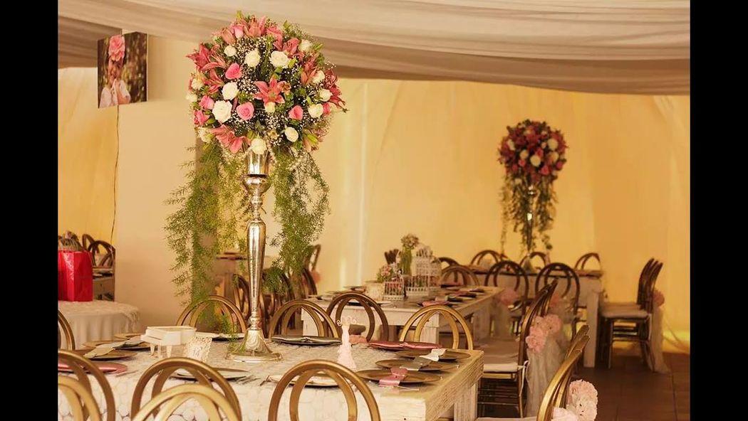 Detalles con Ángel Eventos   (Centros de mesa en diferentes modelos con flor natural, mesas de madera, platos base y sillas phoenix)