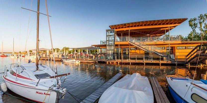 Beispiel: Außenbereich am See, Foto: Seerestaurant Katamaran.