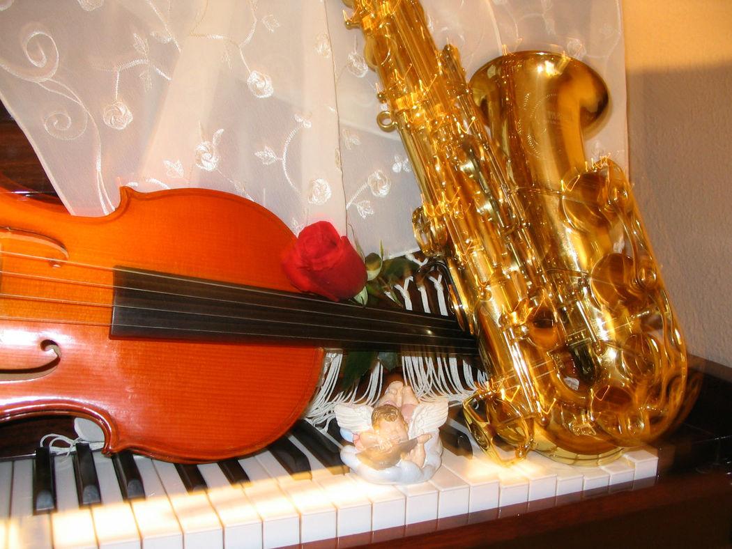 Tenemos instrumentos de cuerda, violín, chelo... y también de viento, saxofón, solos o acompañados por piano.