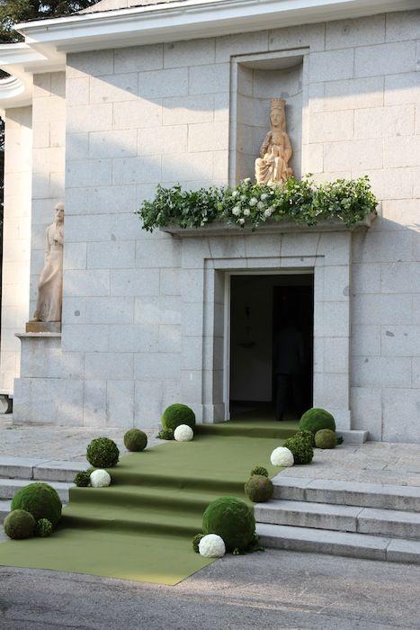 entrada iglesia con esferas de flor