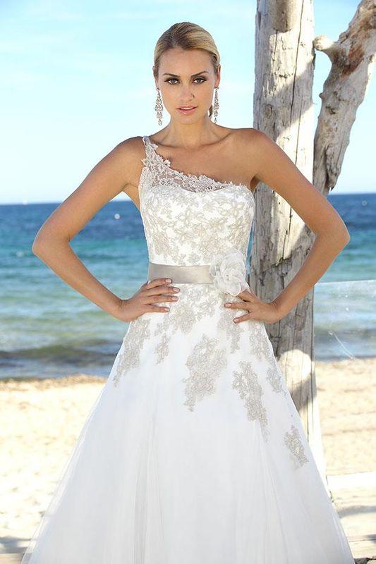 Beispiel: Mode für die Braut von heute, Foto: Braut Atelier Blendel.