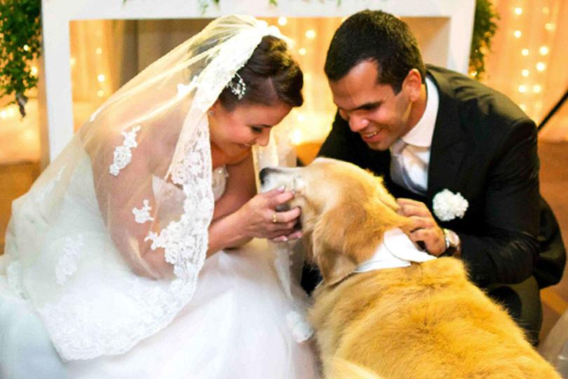 El perro en el altar con sus humanos