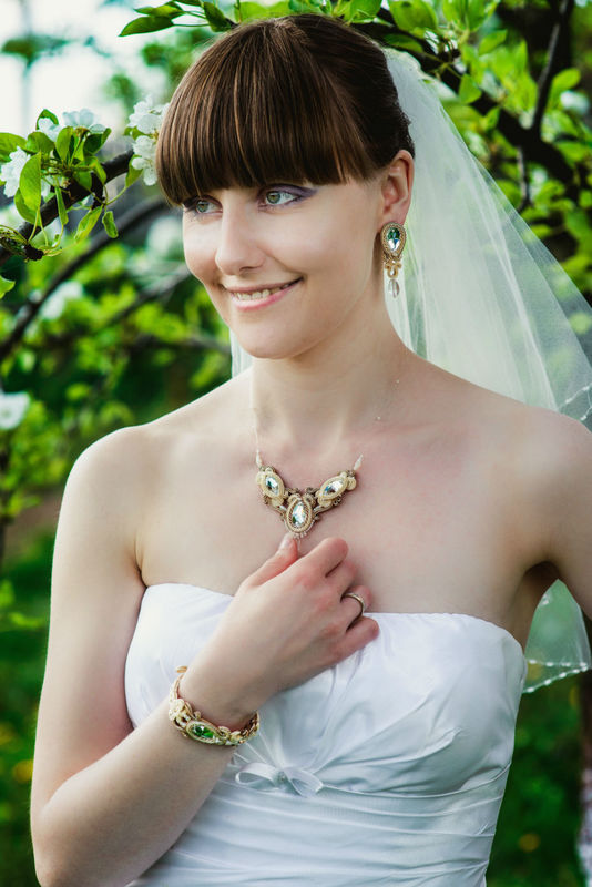 Małgorzata Sowa - PiLLow Design, Biżuteria ślubna sutasz. Komplet ślubny utrzymany w ciepłej tonacji; melanż kolorów ivory, ecru i beżu, kryształy Swarovski, kryształy Preciosa... fot. Adam Szachtsznajder