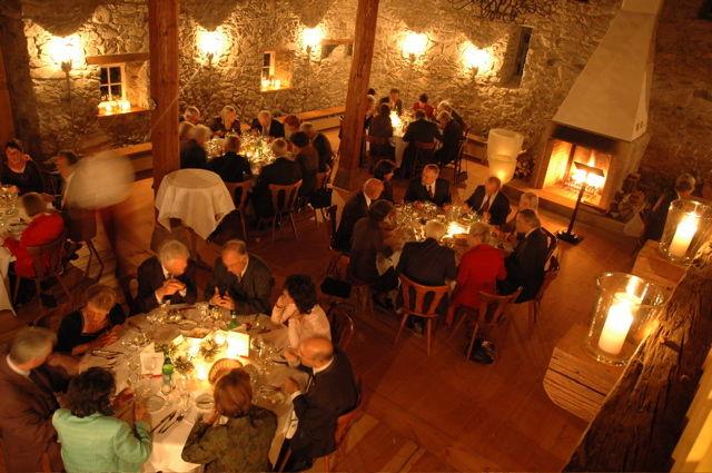 Beispiel: Scheune mit Gästen, Foto: Gasthaus zum Raben.
