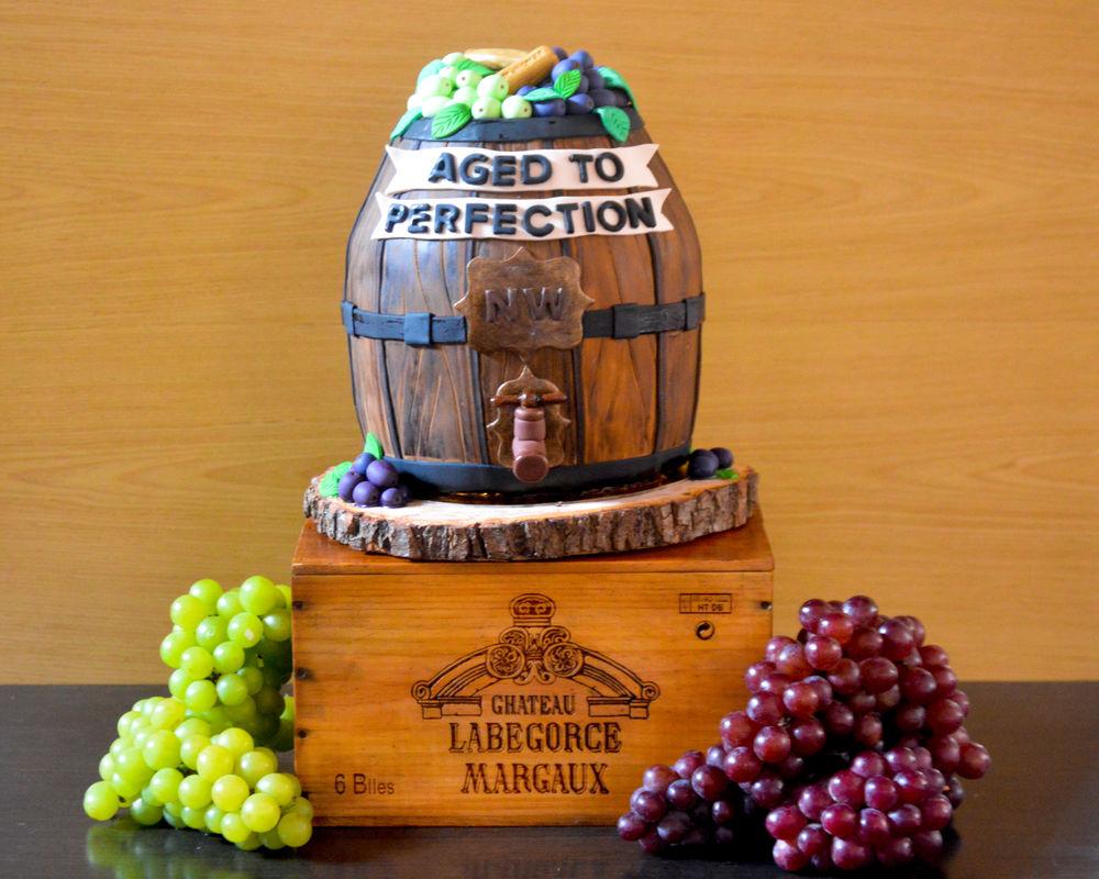 Wine Barrel Cake 100% comestible en ponque de novia macerado en vino Oporto, sobre tronco de madera natural