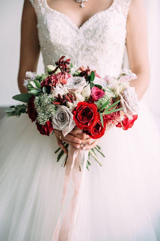 букет невесты, свадебное платье