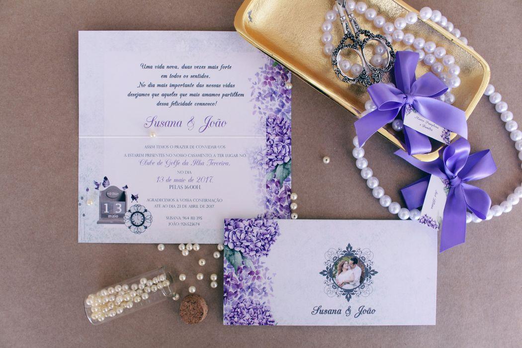 Um convite feito especialmente para os nossos queridos noivos Susana e João, dos Açores com a flor típica desta ilha - a hortênsia. A intimidade representada na foto revela um casal super apaixonado.
