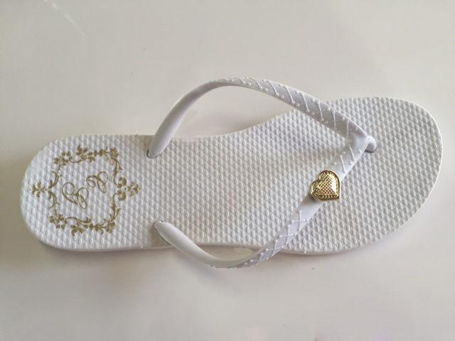 Chinelo Clássico Branco com Tira Branca e Coração Dourado