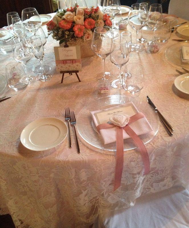 Allestimento tavolo con menù e segnatavolo per matrimonio romantico rose stile inglese
