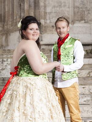 Beispiel: Brautdirndl und passende Weste für den Bräutigam, Foto: The Moment.