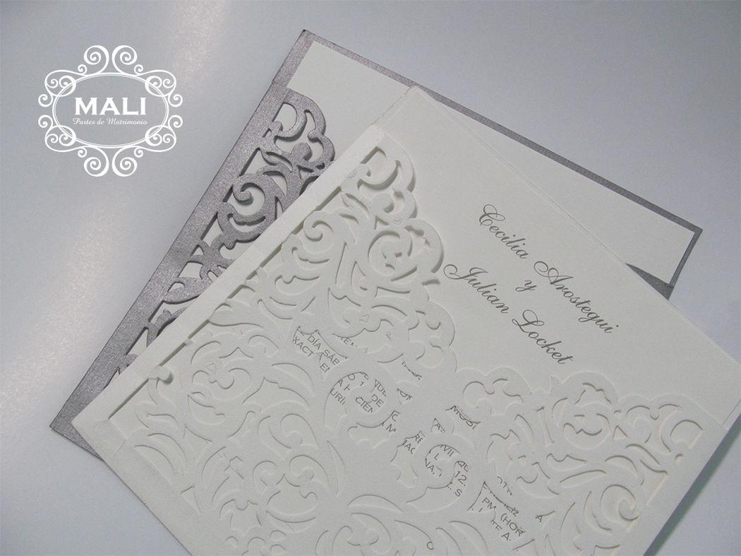 Cod. MAT201-16 Románticos partes, sobre con cortes de suaves giros que dejan ver los nombres de los novios en pieza interior impresa a un color.