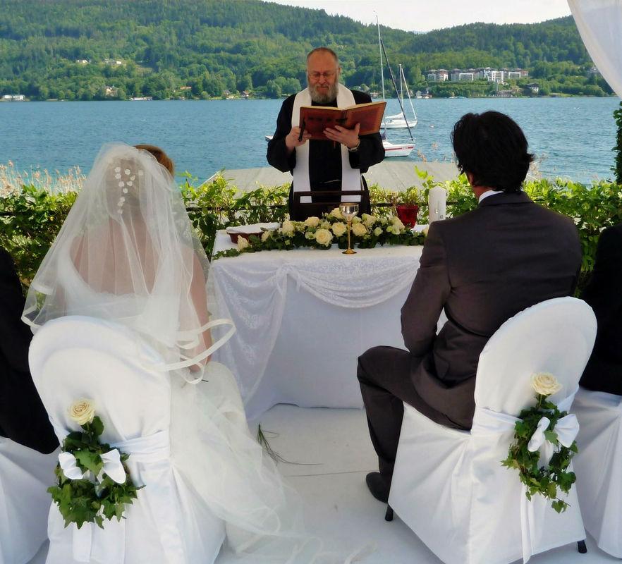 Hochzeitszeremonie am See. Foto: Zeitlose Zeremonie