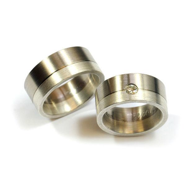 Eheringe in Weissgold 750 und Silber 925; Damenring mit zwei weissen Brillanten