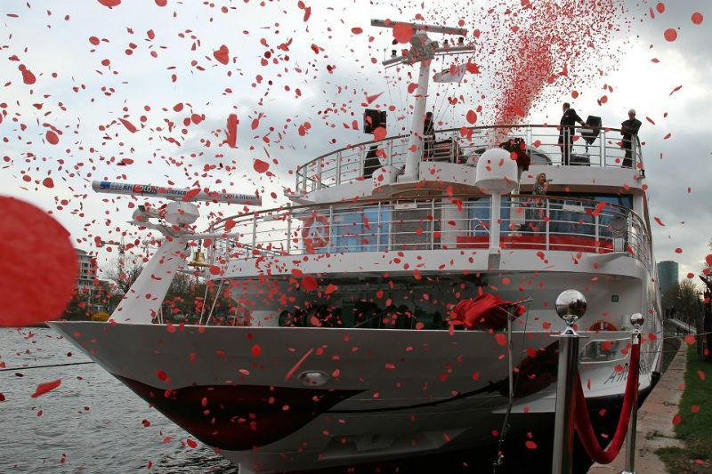 Beispiel: Kreuzfahrtschiff mit Rosenblättern, Foto: A-Rosa.