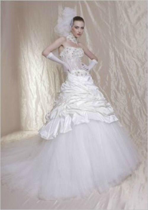 Beispiel: Ausgefallenes Brautkleid, Foto: Casanova Braut- und Abendmode.