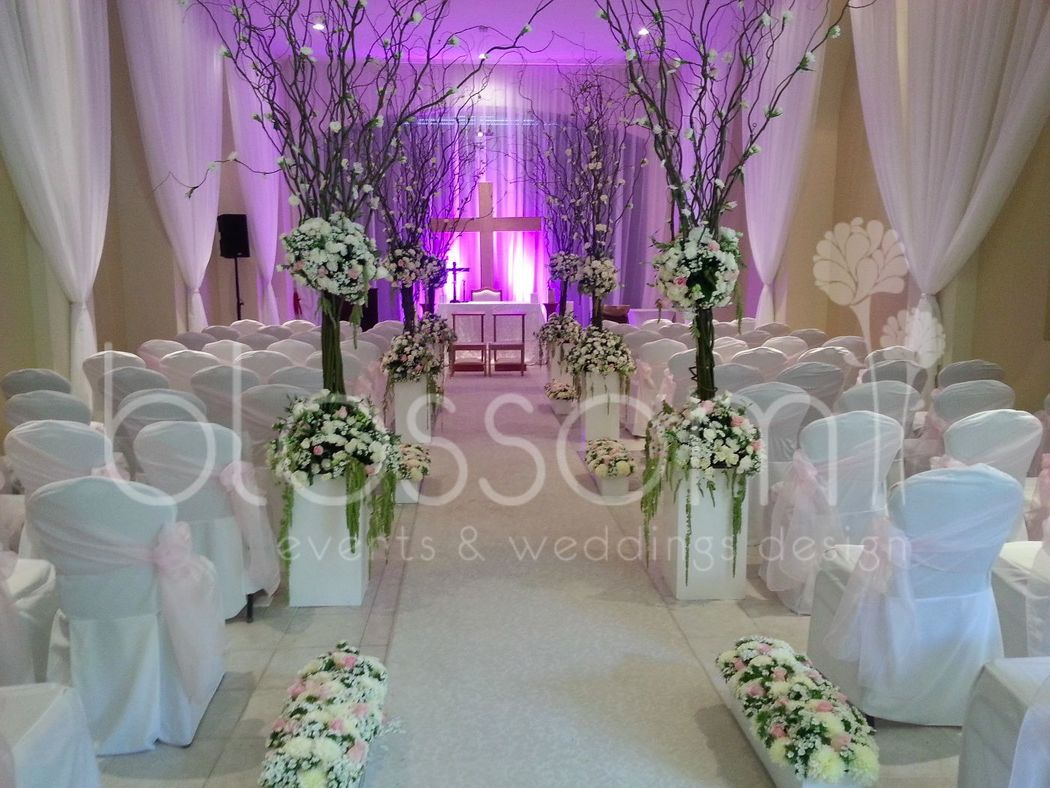 Hermosa capilla decorada con hermososs arboles naturales.
