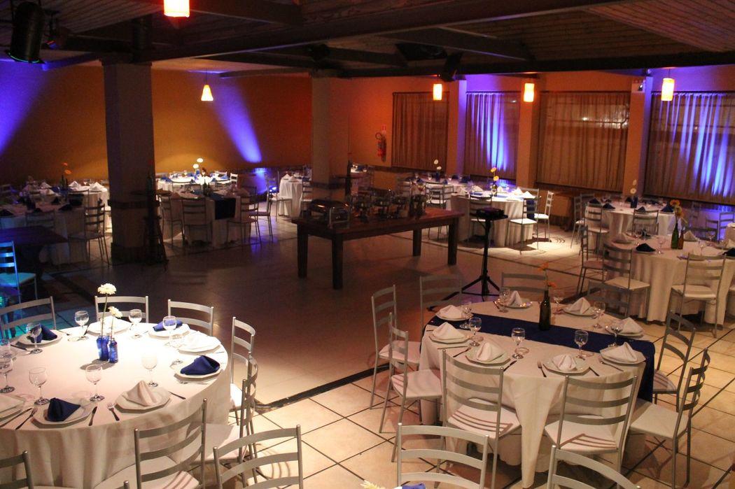 Espaço Sândalo. Comporta até 170 pessoas sentadas. Com pista de dança central. Fornecemos as mesas e cadeiras.