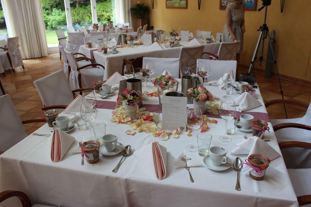 Beispiel: Blumendekoration vom Hausfloristen, Foto: Restaurant Leuchtturm.