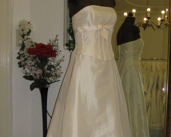 Beispiel: Brautkleid, Foto: Braut- & Festkleider Lehmann.