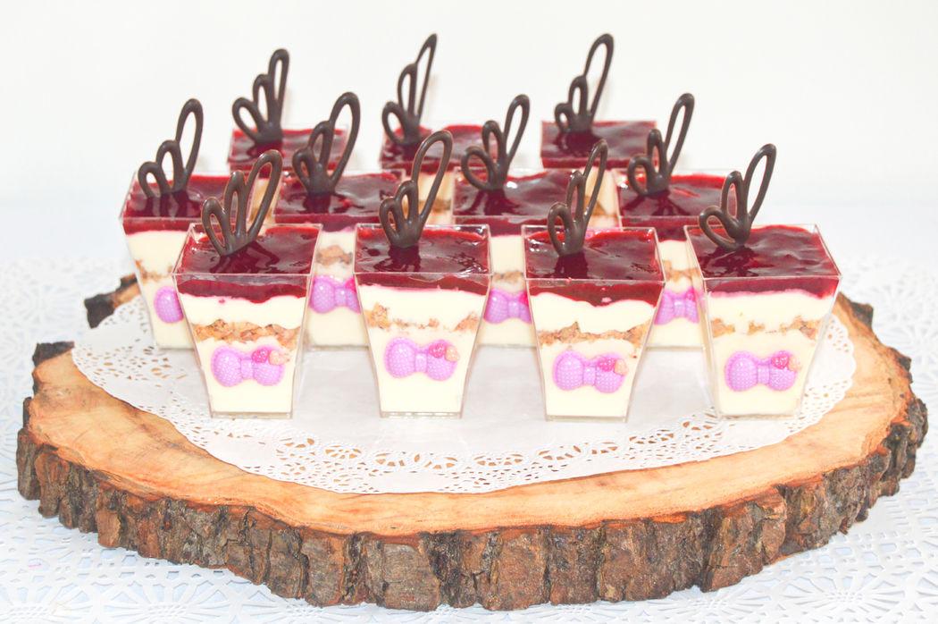 Cheesecake cremosos con crumblr de almendra y salsa de frambuesa-zarzamora con hojas de chocolate semiamargo