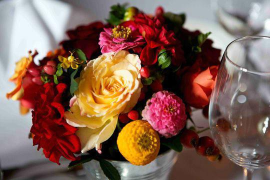 Beispiel: Blumengesteck als Tischdekoration, Foto: Kuffler Catering.