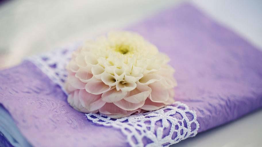 Beispiel: Tischdekoration in weiß, Foto: Blumen Isabella.